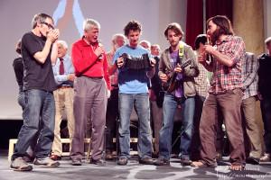 Nico Favresse (Mitte) mit seinen Kumpels bei der Preisverleihung des begehrten Bergsportpreises Piolets d'Or. ©Favrese