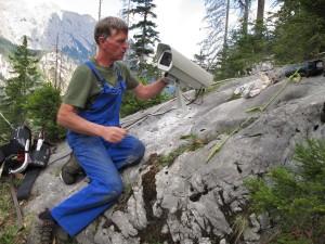 Nationalpark-Ranger Wolfgang Palzer bei der Installation der Kamera im Klausbachtal.
