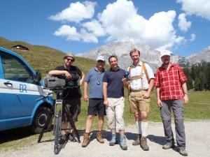 Das Team des Bayerischen Fernsehens: 2.v.l. Redakteur und Chef vom Dienst Uli Frantz, r. daneben Moderator Martin Breitkopf und Fritz Rasp von der Tourist-Info Ramsau