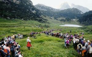 Die Pilger der Almer Wallfahrt vor Funtensee und Kärlingerhaus