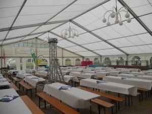 Blick ins Innere des Zeltes für den Gastgeberstammtisch