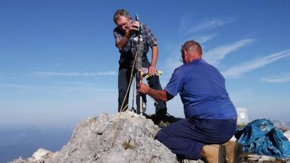 Aufbau des wiederhergestellten Gipfelkreuzes