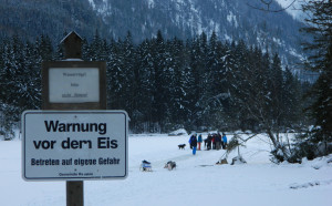 Warnschild am Hintersee
