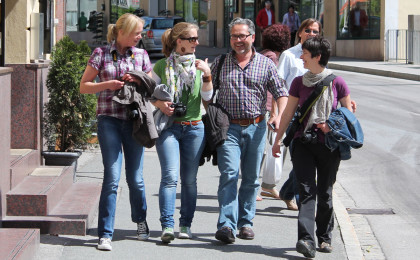 Erol Gurian (Mitte) mit Teilnehmerinnen des Workshops