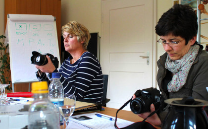 Die Presse-Damen der BGLT beim Studium einer Spiegelreflexkamera