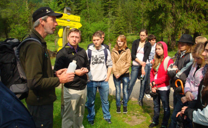 Nationalpark Ranger Sepp Egger mit polnischer Schülergruppe im Klausbachtal
