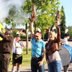 Schorsch Hackl und Gunda Niemann-Stirnemann schicken die Wanderer mit einem Böllerschützen auf den Weg