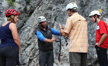 Einweisung für die Sicherheit im Klettersteig