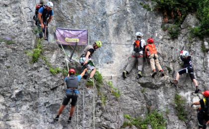 Bergführer mit Kindern im Fels