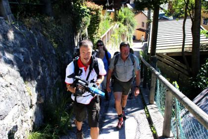 Kameramann Frank Jordan und die Wanderer beim Aufstieg auf die Soleleitung