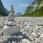 Steinmandl im Wimbachgries im Nationalpark Berchtesgaden, Gmd. Ramsau, das Wimbachgries ist geologisch ein sehr interessantes Gebiet, das von der Wissenschaft aus aller Welt wegen der besonderen geologischen Situation zur Forschung genutzt wird, Berchtesgadener Land, Bayern