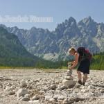 im Wimbachgries in der Gemeinde Ramsau - Berchtesgadener Land - beim Bauen eines Steinmandls