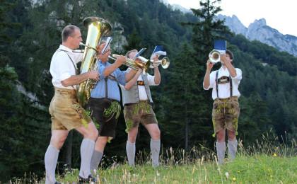 Musikanten bei der Bergmesse auf der Bindalm