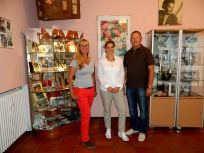 Martina (l.) und Hans Klegraefe mit Romy Schneiders Nichte Patrizia Albach in der Ausstellung.