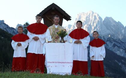 Kaplan Leitenbacher und Ministranten auf der Bindalm
