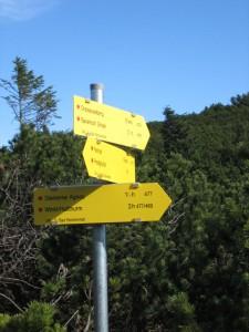 Wegweiser zum Dreisesselberg und nach Hallthurm