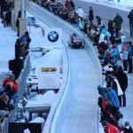 Zuschauer am Eiskanal der Bob-Bahn