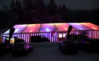 Das Festivalzelt bei Nacht