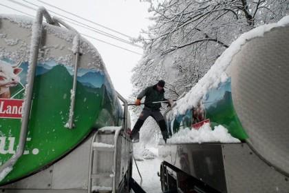 Fahrer befreit Milchwagen und Anhänger vom Schnee