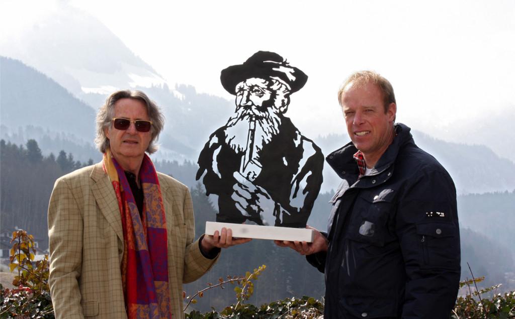 Angerer der Jüngere übergibt Kederbacher-Kunstwerk an Projektleiter Ulrich Brendel