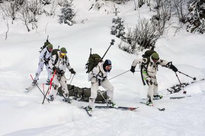 Mannschaft 2 der Gebirgsjägerbrigade 23 am zweiten Tag beim Verletztentransport im Bereich der Innerlannalm auf 1700 Höhenmetern. © Vizeleutnant Martin Hoerl, Österreichisches Bundesheer