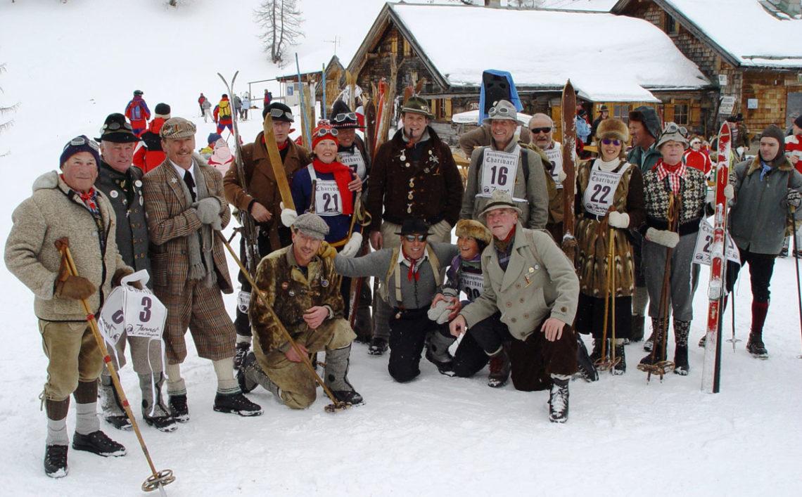 Teilnehmer des Charivari vor der Mitterkaser Alm am Jenner