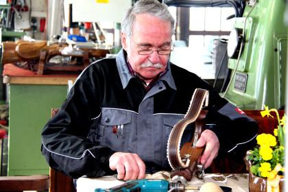 Böllermacher Richard Stangassinger bei der Reparatur eines Handböllers