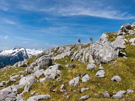 Nach langer Wanderung erreichen wir den Gipfel des Karlkopfs