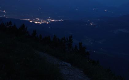 Hallein bei Nacht von oben