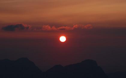 Eine rote Sonne am Untersberg