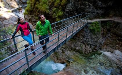 Auf Brücken und Stegen durch die Klamm