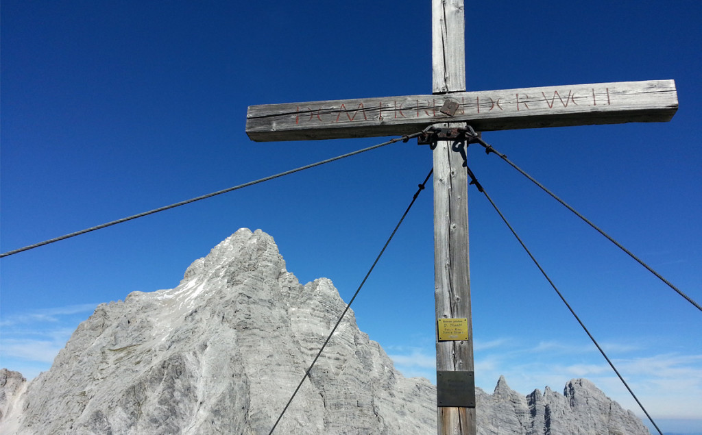 Gipfelkreuz Hirschwiese vor Watzmann Südspitze