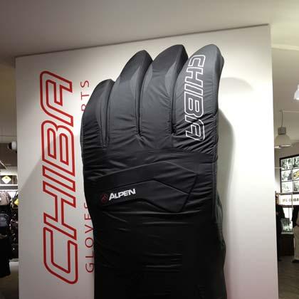 Größter Ski-Handschuh der Welt