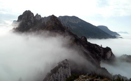 Das Lattengebirge im Nebel