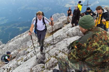 Unser Guide Pauli und einer der Soldaten, die freundlicherweise einige steiler Passagen abgesichert hatten