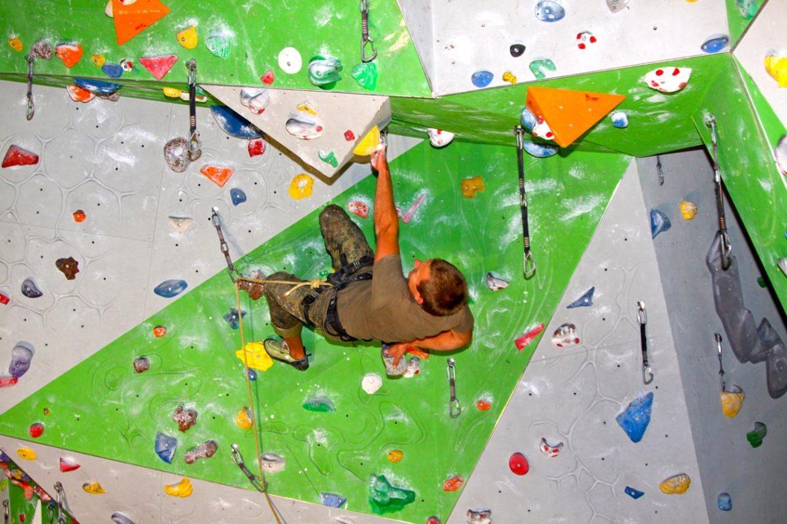 Voller Einsatz beim Einzelklettern im Überhang
