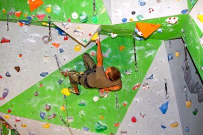 Ein Soldat mit vollem Einsatz beim Einzelklettern im Überhang