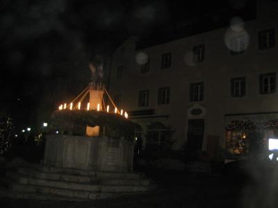Der Marktbrunnen, noch im Dunkeln