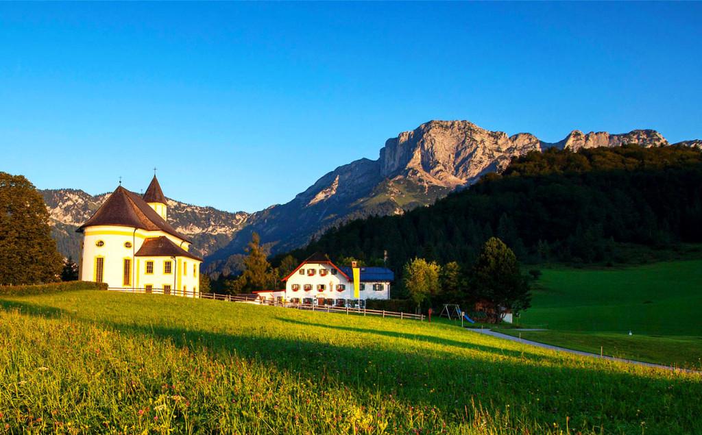 Messnerwirt und die Wallfahrtskirche am Almberg