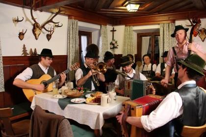 Volksmusikanten beim Hoagascht