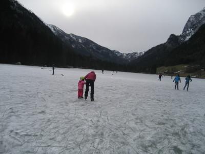Schlittschuhlaufen am zugefrorenen Hintersee