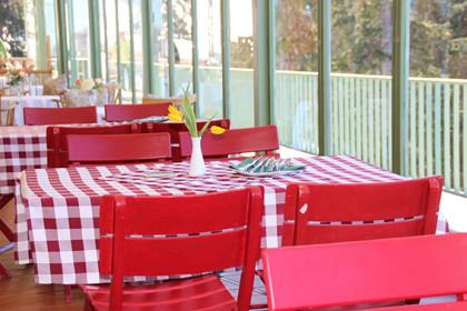 Frisch und einladend präsentiert sich die Terrasse des Bergrestaurants