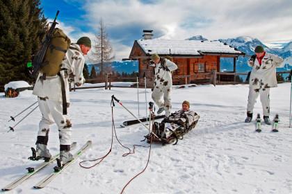 Die Militärpatrouille des Gebirgsjägerbataillons 231 bereitet den Verwundetentransport vor.