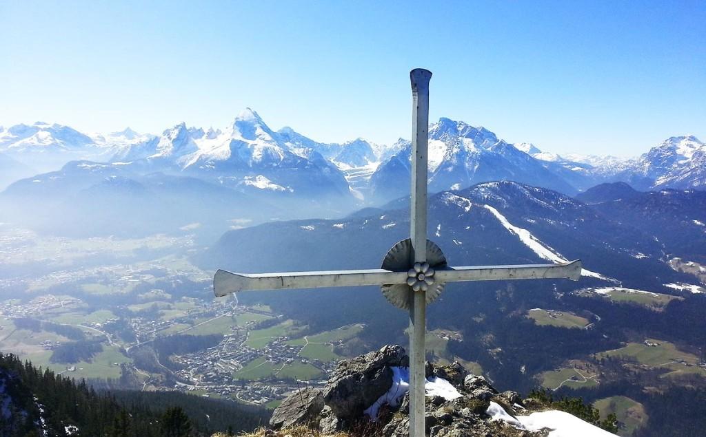 Gipfelkreuz vor Watzmann und Hochkalter