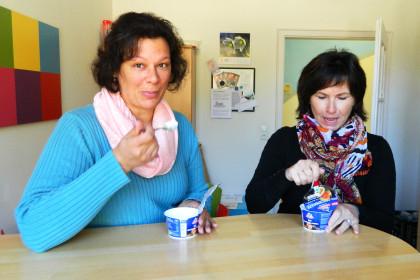 Sarita und Maria probieren den Fruchtquark