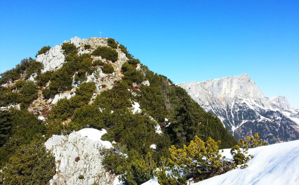 Rauher Kopf Gipfel, dahinter der Untersberg