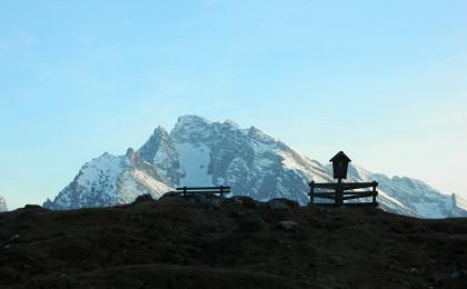 Almkreuz der Mordaualm, im Hintergrund das Hochkkalter-Massiv