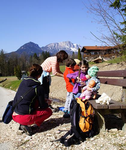 Brotzeit, ein Bach - und die Kids sind glücklich