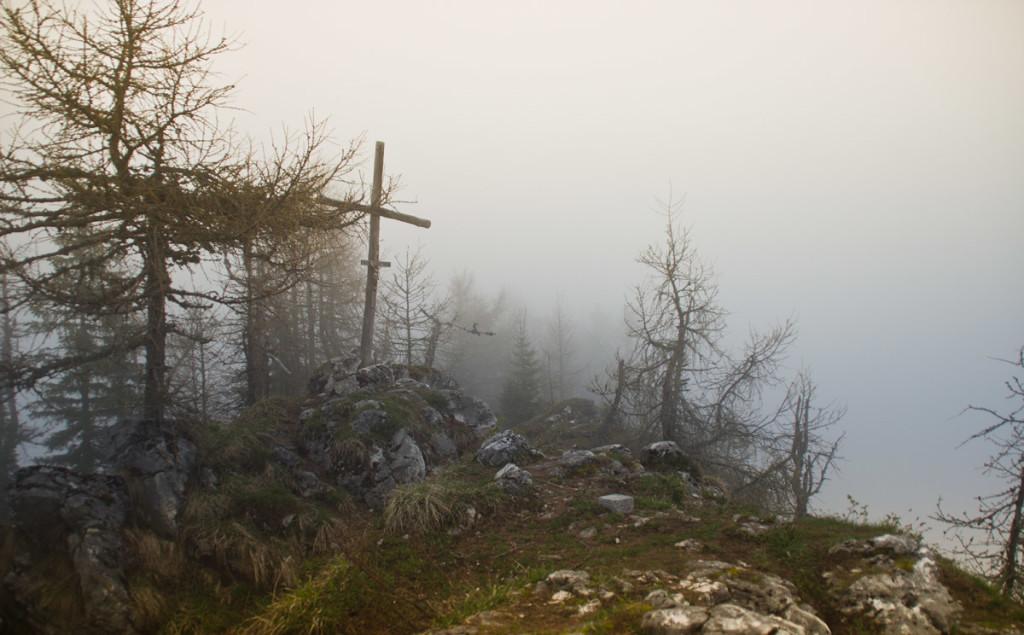 Gipfelkreuz am Karspitz im Nebel