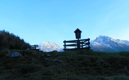 Das Almkreuz vor Watzmann und Hochkalter